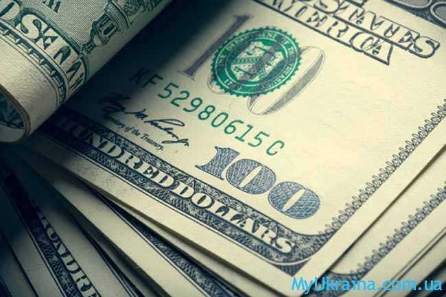 пачка купюр по 100 долларов