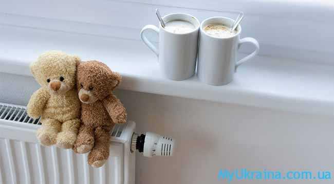две чашки кофе на подоконнике