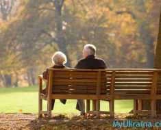 пенсионеры отдыхают на лавке