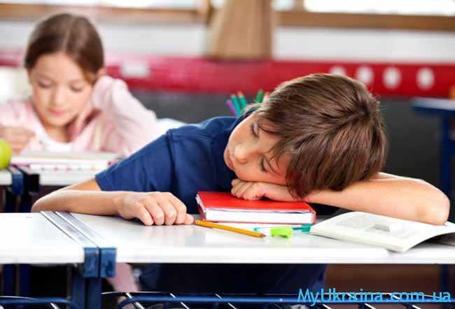 школьник спит на уроке