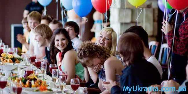 школьники празднуют выпускной