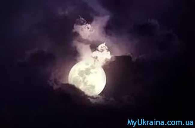 темнея луна