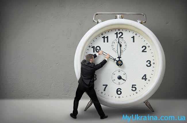 человечек переводит часы
