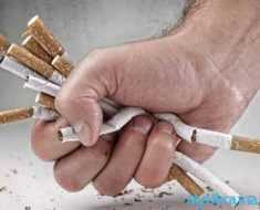 рука сжимает сигареты