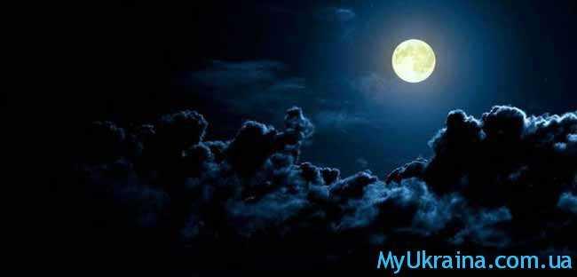 луна и темные тучи