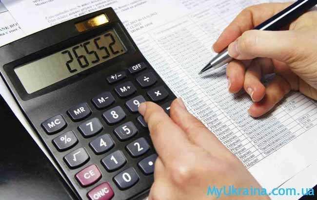 калькулятор и рука