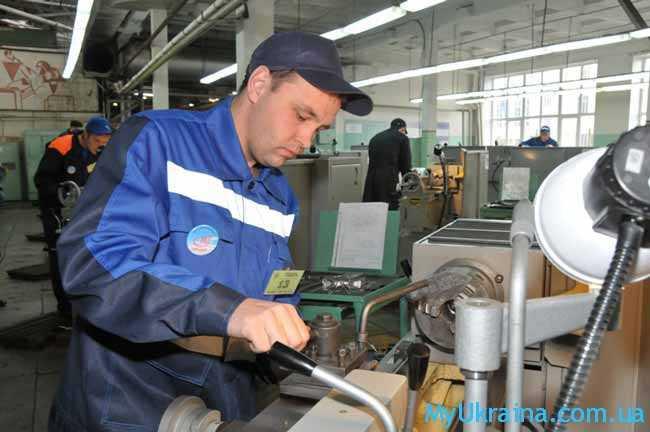 рабочий на заводе