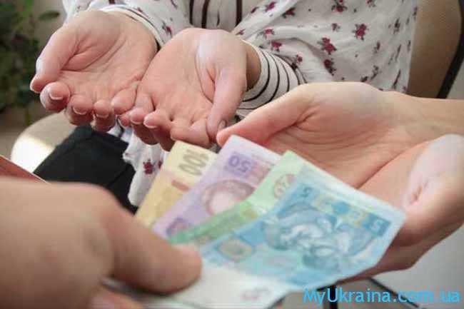 детские руки и деньги в руках