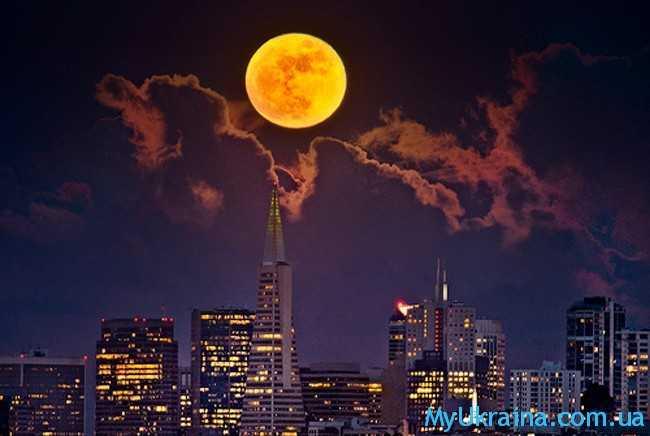 красивая луна и город