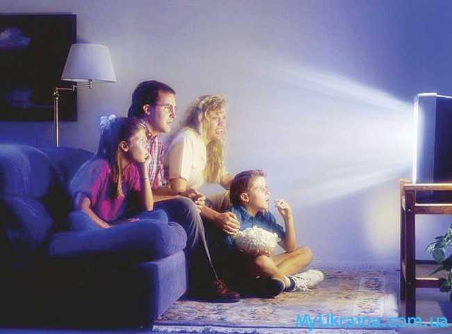семья смотрит телевмзор