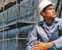 рабочий в строительной каске