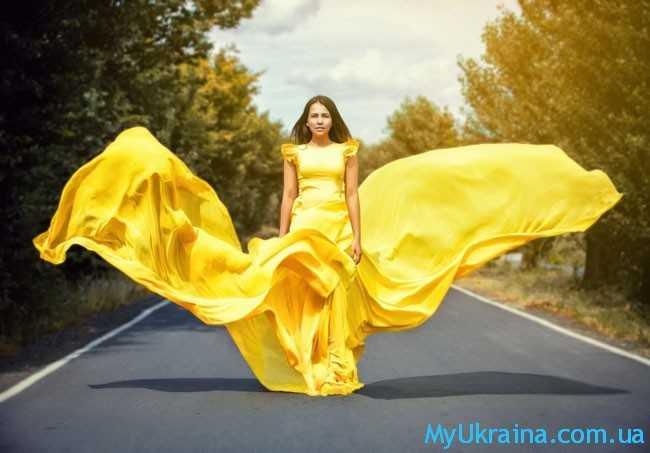 девушка в желтом