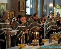 Священнослужители во время молитв обращаются к Богу