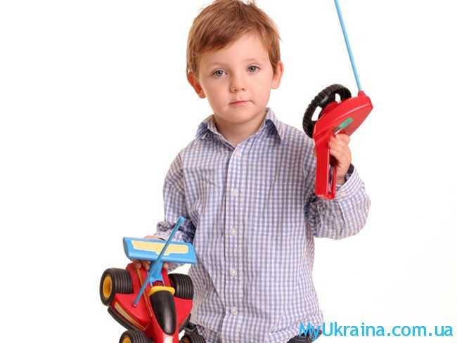 мальчик с игрушкой