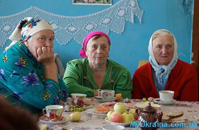 пенсионерки пьют чай