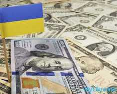доллары и флаг Украины