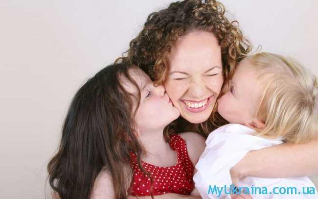 дети целуют маму
