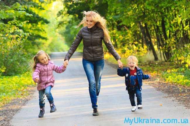 мама с двумя детками