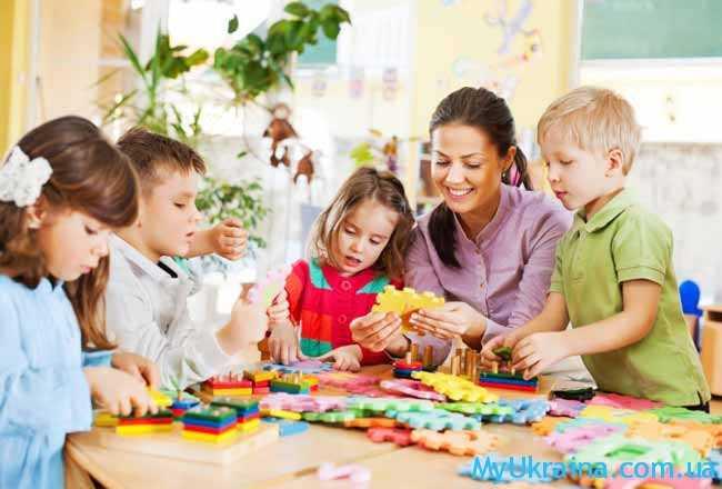 детки и воспитатель