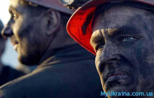 шахтер трудится