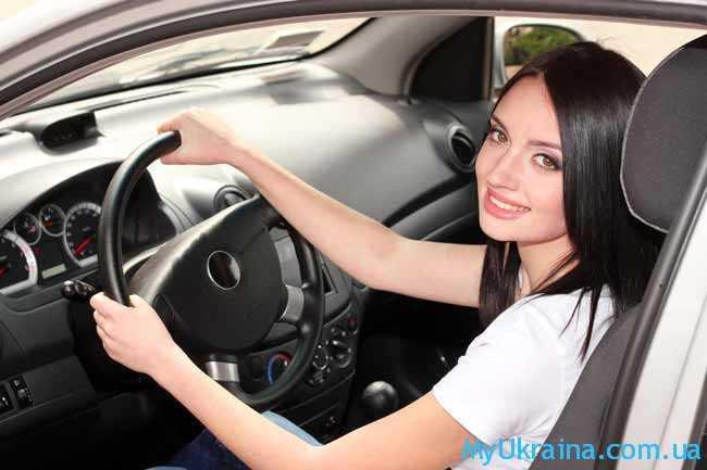красивая девушка за рулем