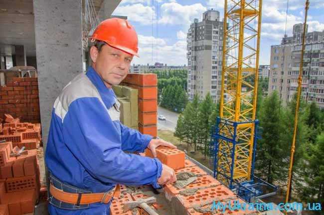 строитель на стройке