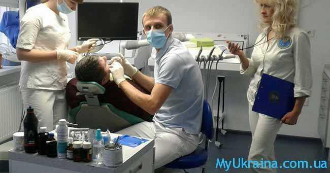 стоматолог лечит зубы