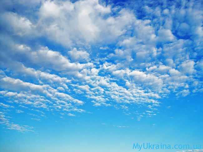 на небосводе появляются ярко-синие облака